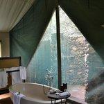 Badezimmer: teils drinnen, teils draußen