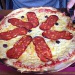pizza espagnole très copieuse avec pâte fine