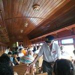 interior do trem, com o chefe do trem e a comissária de bord