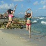 Saltando en la playa
