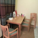 Mesa de jantar. Além das cadeiras, existe um armário com mais 3 cadeiras dobrá