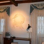 На стене очень красивый рисунок, на который сделан акцент светом сверху