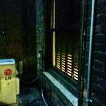 Vista da janelo do Box, para a janela do corredor do Hotel Se abrirem a persia