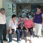 mi familia en la entrada del hotel