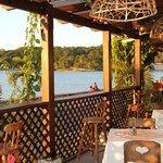 Restaurante con vista al lago