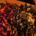 アップでShredded kale+quinoa salad