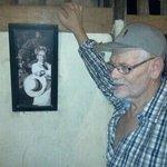Der Autor neben einem Foto von Klaus Kinsky
