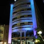 L'hotel, di sera, dal lungomare di Cattolica