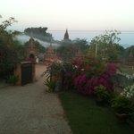 Blick auf Stupa vor dem Hotel