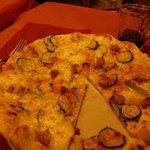 Pizza Dar Poeta - mit Knoblauch und Zucchini
