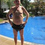 Hotellet har också en vacker tropisk anlagd trädgård med pool som gav ett inbj