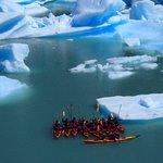 Kayaks rodeados de tempanos.