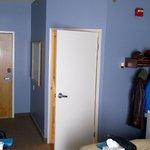 Vue sur la porte de la salle de bain et la porte de la chambre