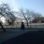 espace jardin avec barbecue extérieur au petit matin gelé