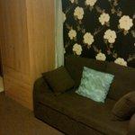 Canapé et armoire un peu usée