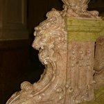 Detalle de una de las escaleras de granito rosa