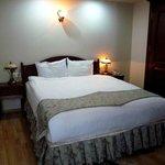 cama doble con mesitas habitación primer piso