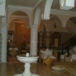l'entrée et l'escalier montant aux chambres et terrasse