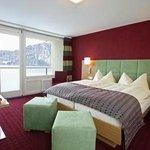 Zimmer mit Blick auf See und Berge