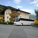 Grosser Buss-Parkplatz beim Hotel nach hinten