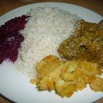 Arroz, pollo seco, rape rosse e patacones