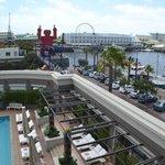 Blick über Hotelpool zur Waterfront