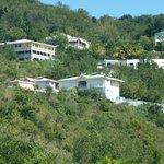 La résidence vue de la route côtière