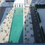 部屋からプールを見下ろす眺め