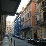 左側がオペラ座で、右側にある2階から上がレンガ色の建物がホテルです。