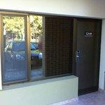 La puerta de la habitación da al exterior