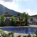 Piscina y jacuzzi con vista al Volcán Arenal