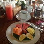 Petit dejeuner (fruits - cafe - jus de fruits)