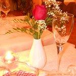 Una bella rosa fresca al tavolo molto gradita