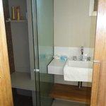 Habitación 213 - remodelada a nuevo - baño y ducha con blindex