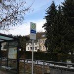 Die Bushaltestelle direkt neben dem Hotel