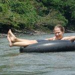 Nuestra amiga Kerstin de Alemania bajando el rio Arajuno en Tubing