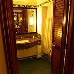recht geräumiges Badezimmer