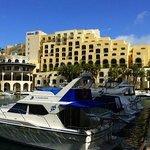 kleiner Yachthafen mit Hotel im Hintergrund