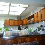 Cocina amplia, limpia y organizada