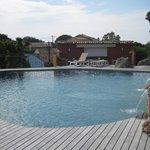 La piscine et son bar-restaurant