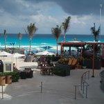 Vista da praia e piscina no caminho de um dos restaurantes