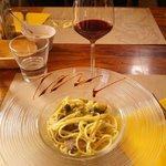 Un calice di vino ottimo e piatto di pasta ai funghi