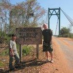 En kabel bro över Sepon floden byggdes 1975, det år då Vietnamkriget slutade.