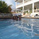 Con mi familia en la piscina...