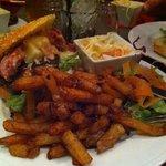 burger maison avec frites et salade