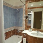 Salle de bains à l'ancienne avec le confort moderne