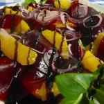Hauchdünne rote Bete mit Orangen, Feldsalat, roten Zwiebeln und Balsamicocreme