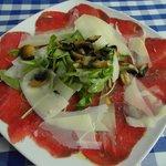 Rindercarpaccio mit Rucola, gebratenen Champignons und Parmesansplittern