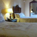 広い部屋のベッド