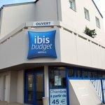 Entrée de l'hôtel IBIS Budget, rue des Vieux Greniers